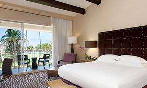 ヒルトン サンディエゴ リゾート & スパ ベッドルームの一例