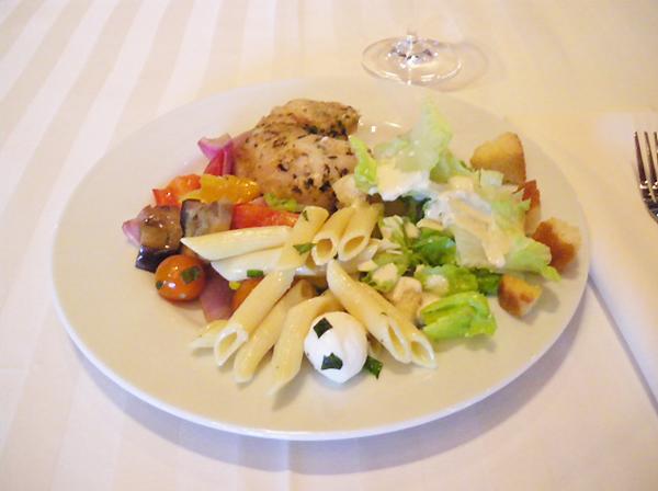 カリフォルニアワインカントリーの旅 ヘルシーランチ、有機野菜のグリル、ペンネのサラダ、グリルチキン
