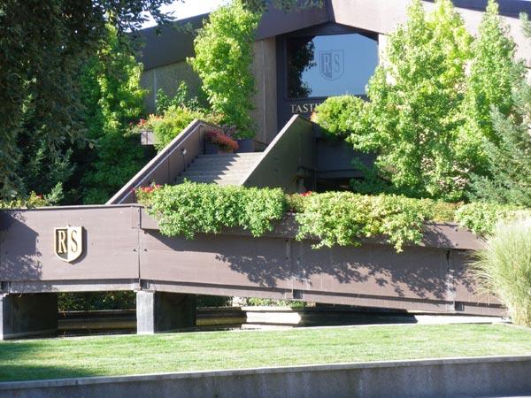 カリフォルニアワインカントリーの旅 階段を上がったところに、テイスティングルームがあります。