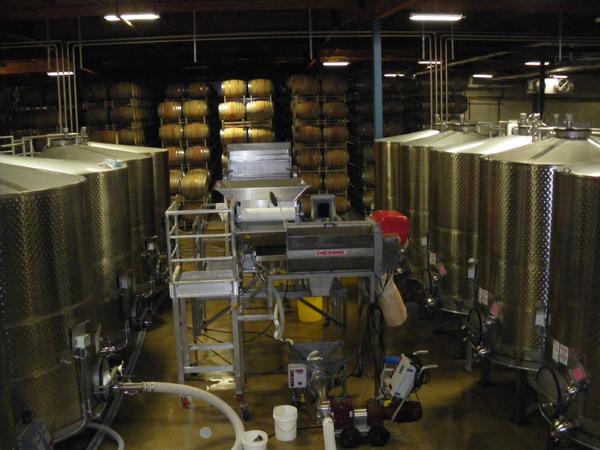 カリフォルニアワインカントリーの旅 ロドニー ストロング ワイナリーの醸造施設 ステンレスタンク