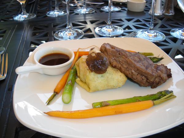 カリフォルニアワインカントリーの旅  ロドニー ストロング ワイナリー メインディッシュは、アメリカンビーフ