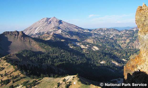 ブロークオフ・マウンテンの山頂から望むラッセン ピーク。
