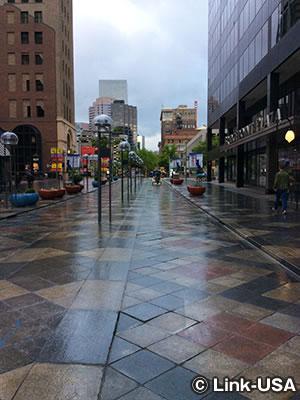 16thストリートモールはデンバー ダウンタウン観光の中心