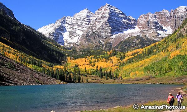 マルーンベルズを背景にマルーンレイクと秋の黄葉
