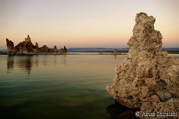 ピンク色に輝くモノレイク・トゥファ州立自然保護区