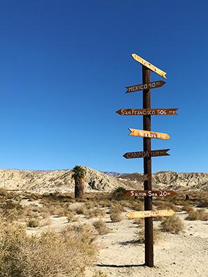 ここからニューヨークは、2871マイル(約4620キロ)、メキシコは90マイル(約144キロ)