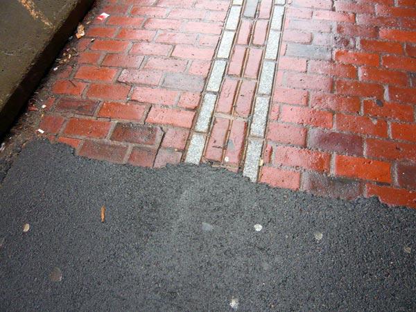 フリーダムトレイルの赤い線 レンガの道