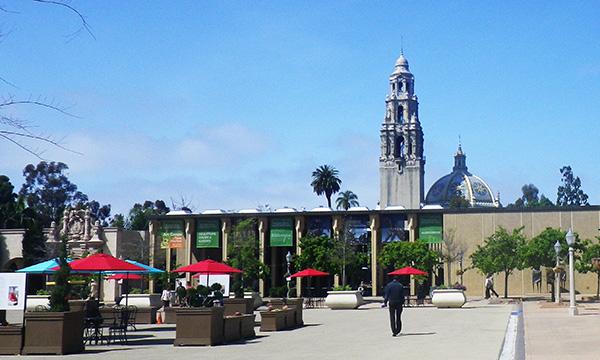 リサーチ図書館(The Research Library)の向こうに、カリフォルニアタワー(California Tower)とSan Diego Museum of Man の印象的なドーム
