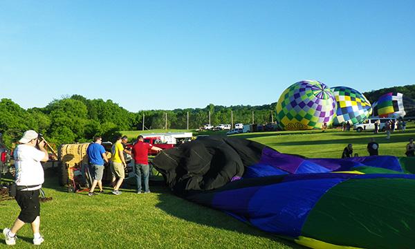 熱気球が膨らむ様子