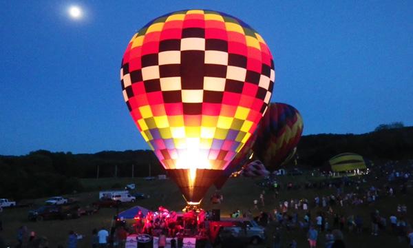 美しく光る熱気球