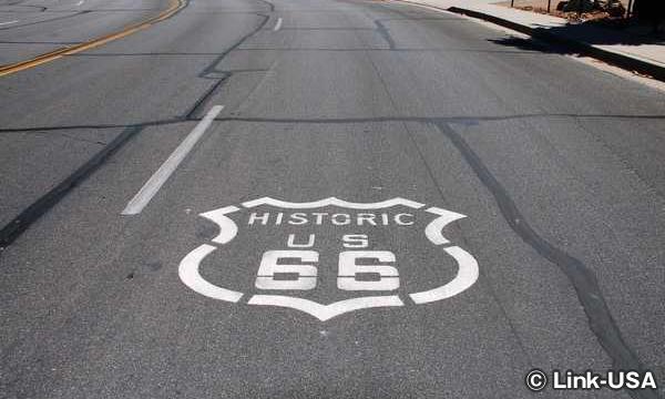 路面に書かれたルート66のサイン カリフォルニア州
