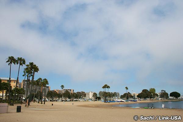 ホテルの前にはマリーナ・ビーチ (マザーズ・ビーチ)。有名なベニスビーチも徒歩で13分。