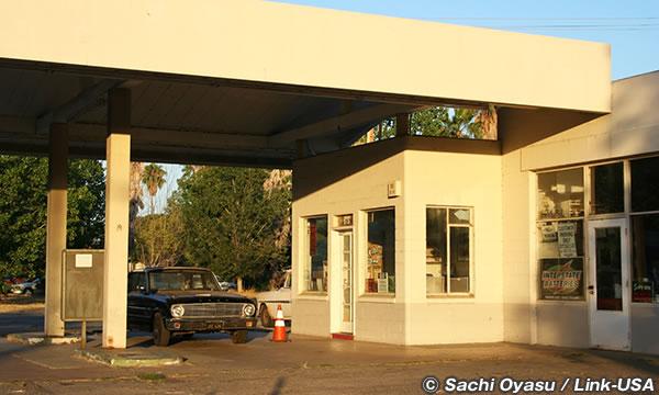 今は使われていないガソリンスタンドが哀愁を誘う