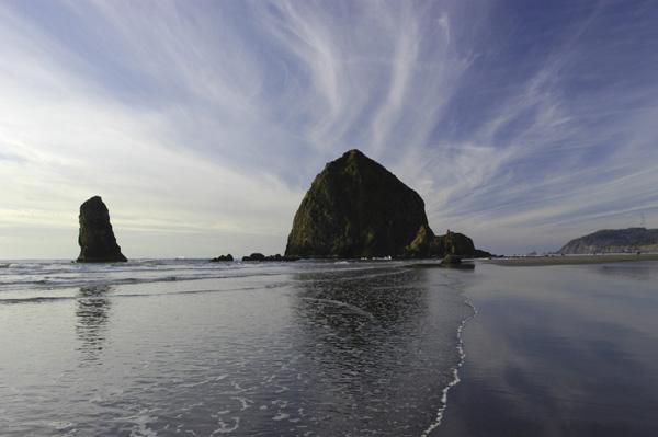海に浮かぶ巨大な岩が迎える キャノンビーチ
