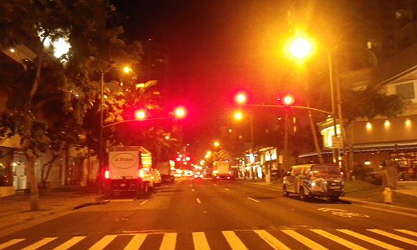 夜明け前のカラカウア通り