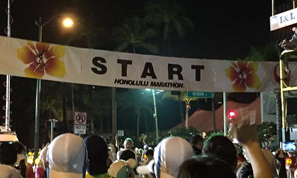 ホノルルマラソン 早朝にスタート