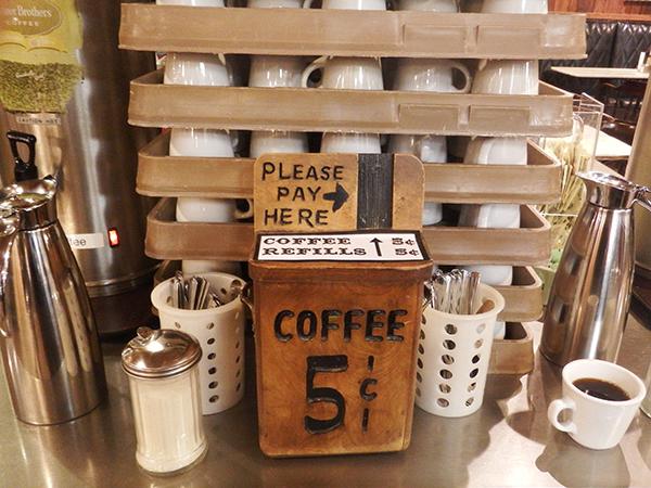 ドラッグストア「ウォール・ ドラッグ」5セ ントのコーヒー