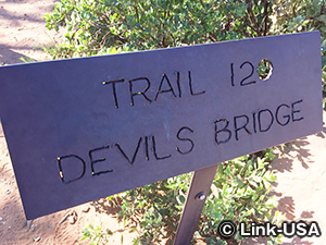 """""""Devil's Bridge""""と記載された看板"""